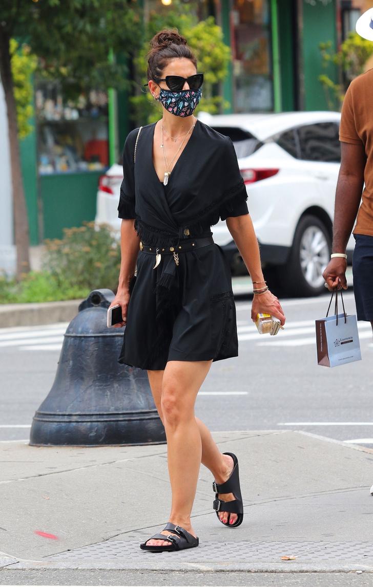 Фото №2 - Платье в стиле Бохо и энергетический кристалл на шее: необычный образ Кэти Холмс