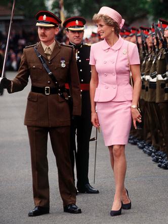 Фото №22 - От персикового до фуксии: как принцесса Диана носила розовый цвет (и почему он ей так шел)