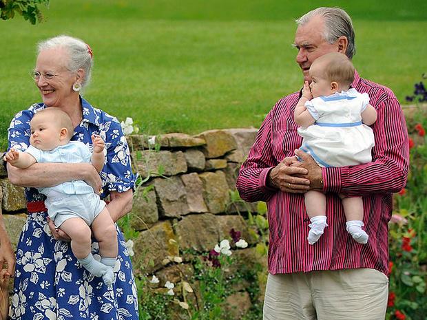 Фото №27 - Самые трогательные фотографии королевских бабушек и дедушек с внуками