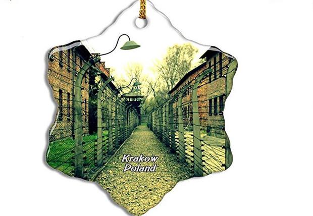 Фото №1 - Amazon после критики снял с продажи елочные игрушки и сувениры с изображением Освенцима