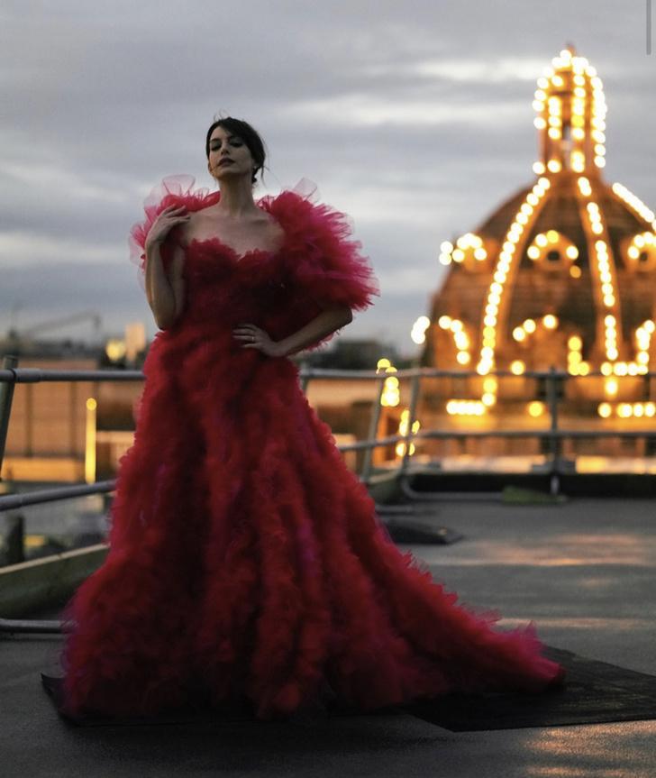 Фото №1 - Кутюр, по которому мы скучали: «ведьма» Энн Хэтэуэй в малиновом платье Ralph & Russo