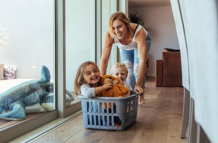 Фото №1 - За что хвататься: 7 лайфхаков для молодых мам на каждый день