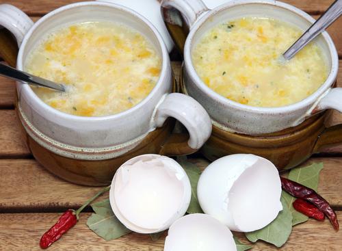 ShutterstockБульоны — это кушанье прежде всего французской кухни. Самые популярные из них — бульоны из птицы, в которые для пикантности добавляют пряные травы и специи, а для питательности — взбитые яйца. В Германии предпочтение отдается жирным и наваристым. Это достигается поэтапной варкой в одном и том же бульоне мяса, овощей, курицы. Чередование продуктов повторяется до тех пор, пока не будет достигнута желаемая крепость. Такое кушанье невероятно ароматно и вкусно. Тем более что подавать его положено с гренками или слоеными пирожками. Но вот полезность бульона — вопрос сомнительный. Ведь при многочасовой готовке витамины и минеральные соли вывариваются и абсолютно теряют свои полезные свойства.