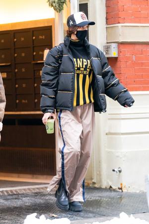 Фото №1 - Полоска, полоска и еще раз полоска: вертикальная на свитере и брюках, горизонтальная— на пуховике Беллы Хадид