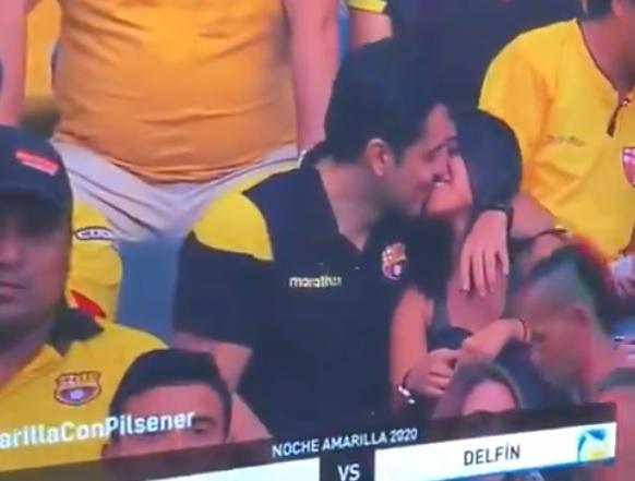 Фото №1 - Видео с подозрительной реакцией мужчины на «камеру поцелуев» посмотрели уже больше 25 миллионов раз