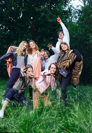 Фото №1 - Летний номер Elle Girl: Dream Team House в интерактивном журнале
