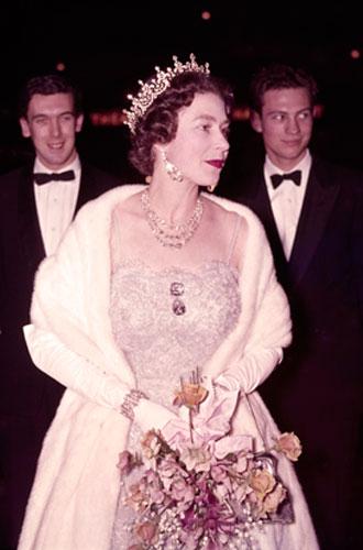 Фото №4 - Близко к сердцу: любимые броши Елизаветы II
