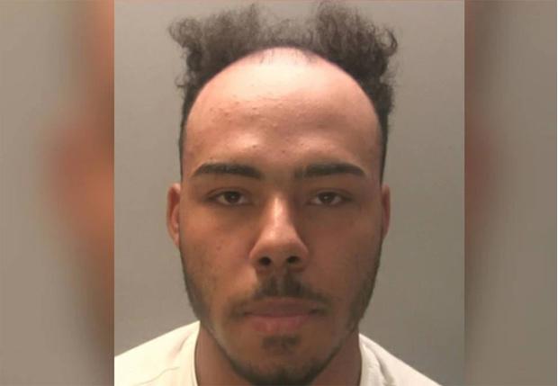 Фото №1 - Полиция Уэльса удалила фотографию разыскиваемого преступника, потому что ее завалили смешными комментариями