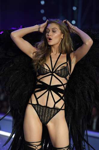 Фото №20 - 10 фактов, которые следует знать об ангелах и Victoria's Secret Show 2016