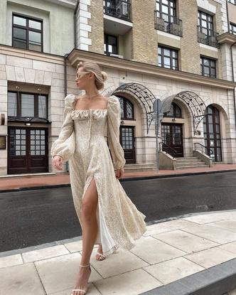 Стильные платья 2021. Мастхэвы сезона 2021. Актуальное платье. Модное платье в цветочек. Стильное платье с цветочным принтом 2021.