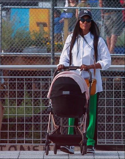 Фото №2 - Супермама: Наоми Кэмпбелл на прогулке с дочерью
