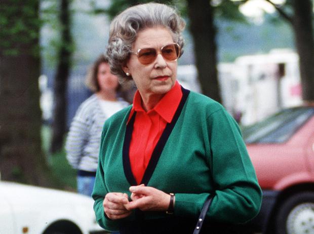 Фото №1 - Королева Елизавета II выбирает наряды с помощью «особого ритуала»