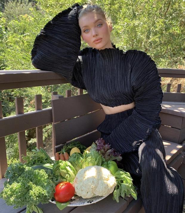 Фото №1 - Самая стильная пропаганда вегетарианства: Эльза Хоск в черном жатом костюме и с корзиной овощей