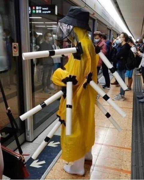 Фото №4 - Как люди ездят в метро во время пандемии: 40 уморительных фото