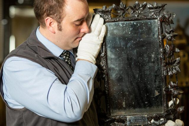 Фото №1 - В Великобритании обнаружено зеркало, принадлежавшее Марии-Антуанетте