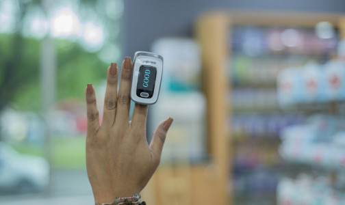 """Фото №1 - В FDA допустили, что пульсоксиметр может """"выбирать"""" пациента по цвету кожи и лака для ногтей. От этого зависит точность результата"""