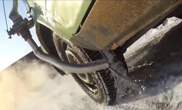 Фото №1 - Новое изобретение русских умельцев к зиме— антигололедная примочка для автомобиля (видео)