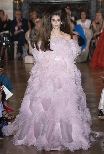 Фото №8 - Прекрасные странности в коллекции Valentino Couture FW18