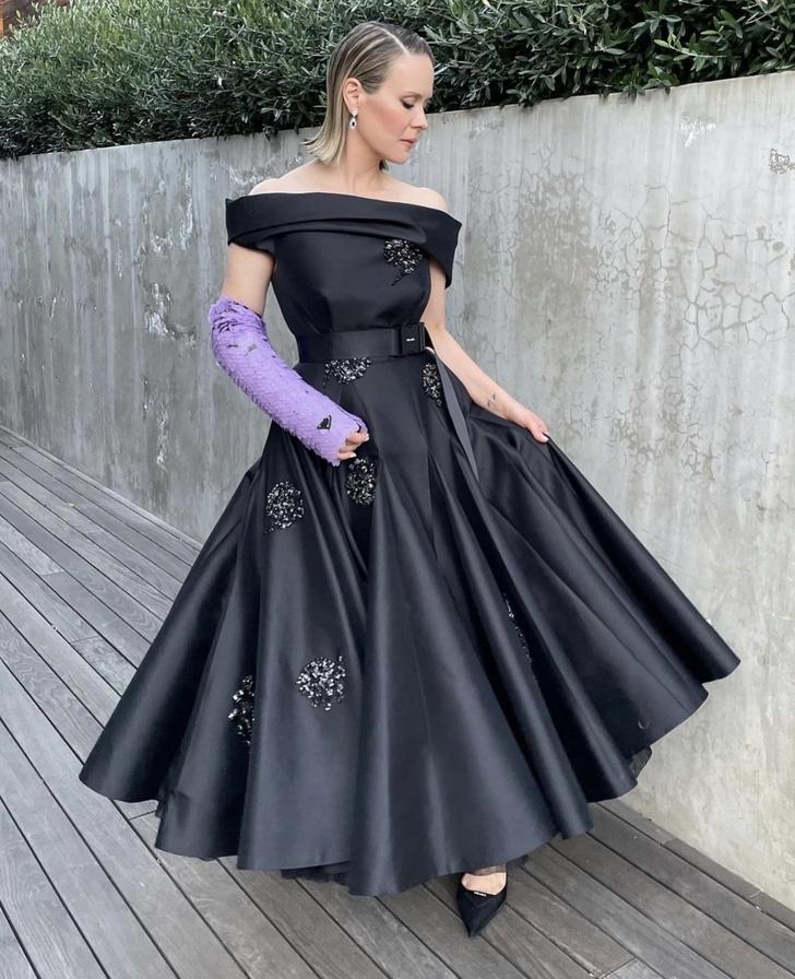 Фото №1 - Даже в гипсе дьявол носит Prada. Сара Полсон на «Золотом глобусе-2021»