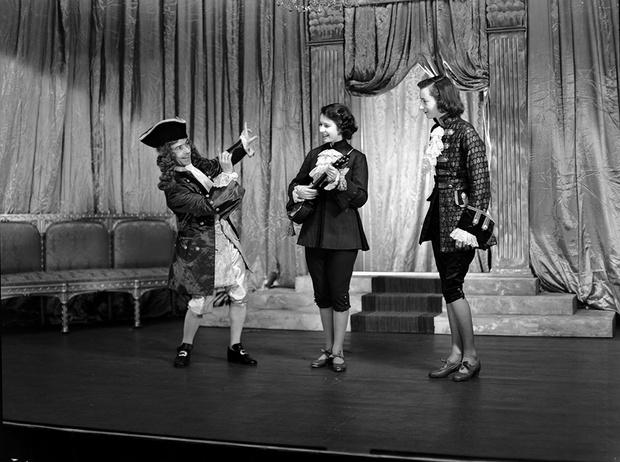 Фото №16 - Рождественский театр Виндзоров: как принцессы Елизавета и Маргарет поднимали боевой дух нации
