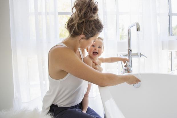 Фото №1 - Что делать, если ребенок не любит мыть голову