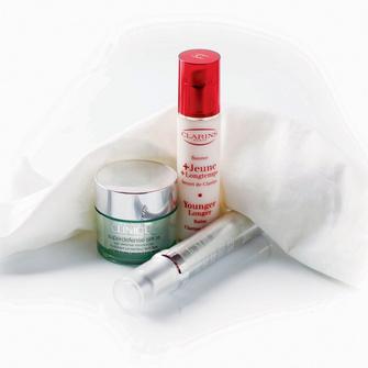 обеспечивает усиленную защиту от свободных радикалов и увлажняет крем Superdefense SPF25, Clinique; защищает тонкие капилляры и нервные окончания, оптимизируя функции кожи, – бальзам Younger Longer, Clarins; дополняет антивозрастное действие одноименных таблеток красоты – сыворотка Expression Line Control, Imedeen.
