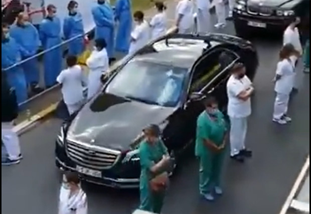 Фото №1 - В Бельгии медики выстроили для премьер-министра «коридор позора» из-за действий властей во время коронавируса (видео)