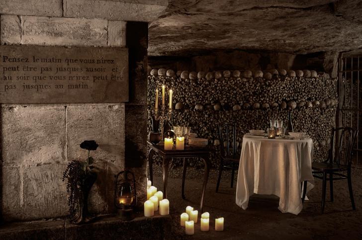 Фото №1 - Airbnb предлагает провести Хеллоуин в знаменитых парижских катакомбах