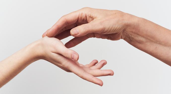 От рукопожатия до поцелуя: как выразить близость через прикосновение?