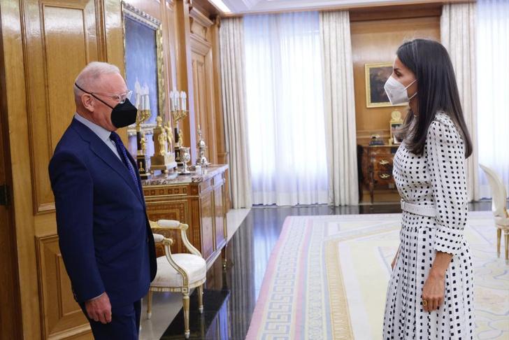 Фото №1 - Платье в «фальшивый горошек», которое очень любит королева Летиция