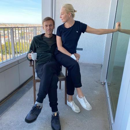 Фото №1 - «Главная в палате»: Навальный рассказал, что его спасла жена