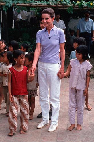 330x500 0 dd2f215e6c1f77fff2f2ac32b7846015@330x500 0xac120003 14110167461579263709 - «Ангел с печальными глазами»: как Одри Хепберн меняла мир к лучшему