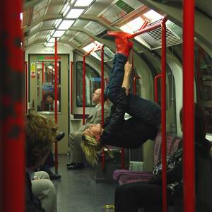 Фото №1 - Вниз головой, в метро, в красных ботинках
