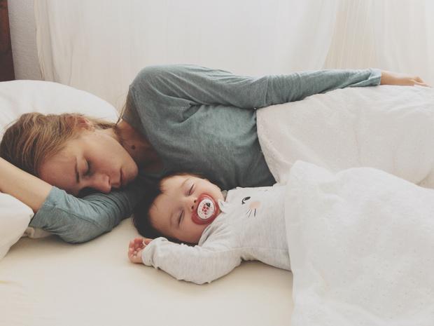 Фото №1 - Ученые: чтобы похудеть после родов, нужно больше спать