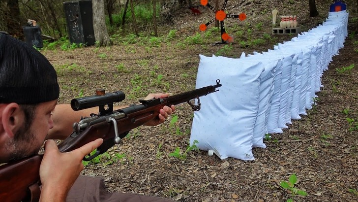 Фото №1 - Эксперимент: сколько подушек прострелит винтовка Мосина? (видео)