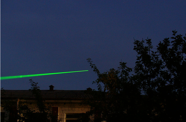 Фото №1 - Далеко ли светит лазерная указка?