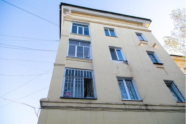 Кое-где в «сталинках» даже сохранились старинные окна годов постройки.