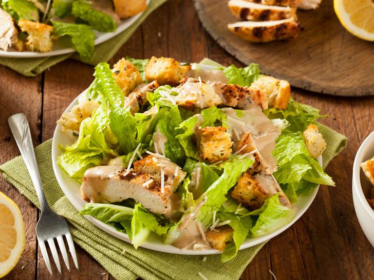 Фото №1 - От классического до легкого: лучшие рецепты салата «Цезарь»