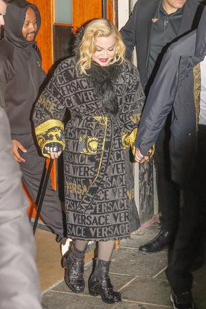 Фото №2 - Совсем сдала: сгорбленная Мадонна опирается на трость и прячет лицо