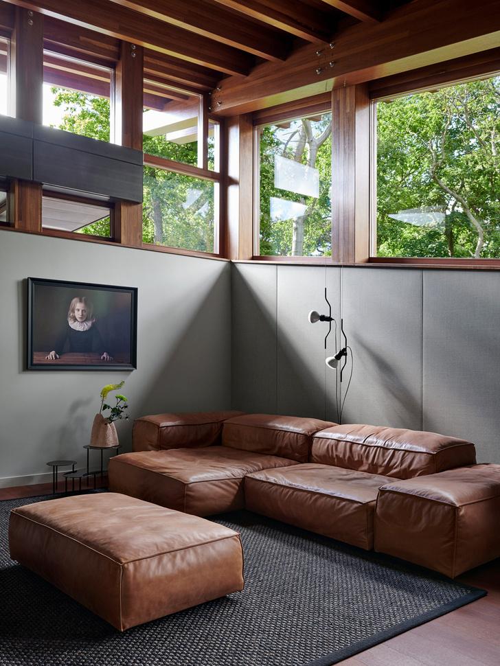 Ковер, Cunera. Диван и пуф, Living Divani. Ваза, Pulpo. Светильники, Flos. Фотография на стене— работа Мари Сесиль Тейс (Marie Cécile Thijs).