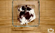 Брауни шоколадный со взбитыми сливками