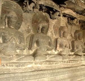 Фото №1 - В Индонезии нашли статуи медитирующих монахов