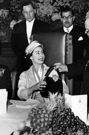 Фото №21 - Секреты дамской сумочки Елизаветы II: что Королева всегда носит с собой