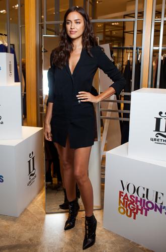 Фото №2 - Ирина Шейк и другие звезды на открытии первого корнера Versus Versace в «Цветном»