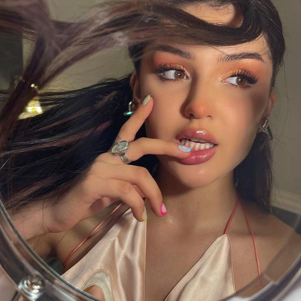 Фото №1 - Как накраситься на свидание: милый образ в стиле e-girl от Дины Саевой 🍭