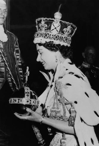 Фото №6 - Елизавета II снова демонстрирует чувство юмора и невозмутимость