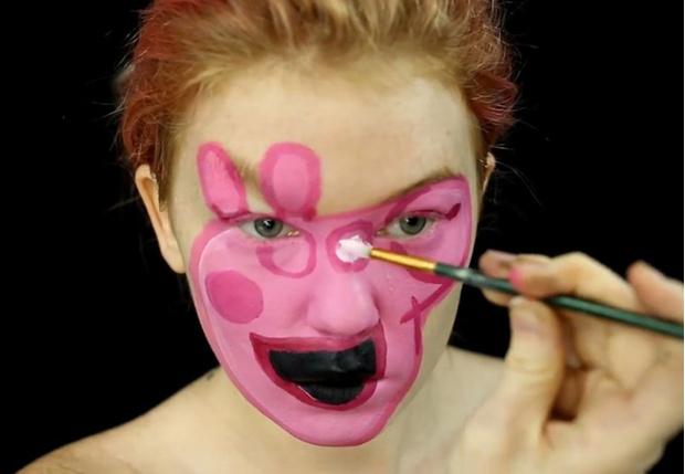 Фото №1 - Девушка с помощью макияжа сделала из себя свинку Пеппу (жутковатое фото)