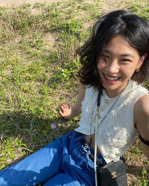 Фото №6 - «Я просто хочу смело двигаться вперед и познавать мир»: Чон Хо Ён из «Игры в кальмара» рассказала о своем актерском дебюте