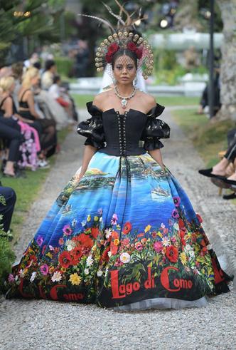 Фото №4 - Китти Спенсер, Мэй Маск и другие звезды на подиуме Dolce & Gabbana Alta Moda FW18