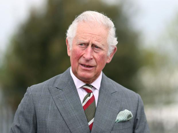 Фото №1 - Тревожный знак: почему все обсуждают язык тела принца Чарльза во время последнего выхода